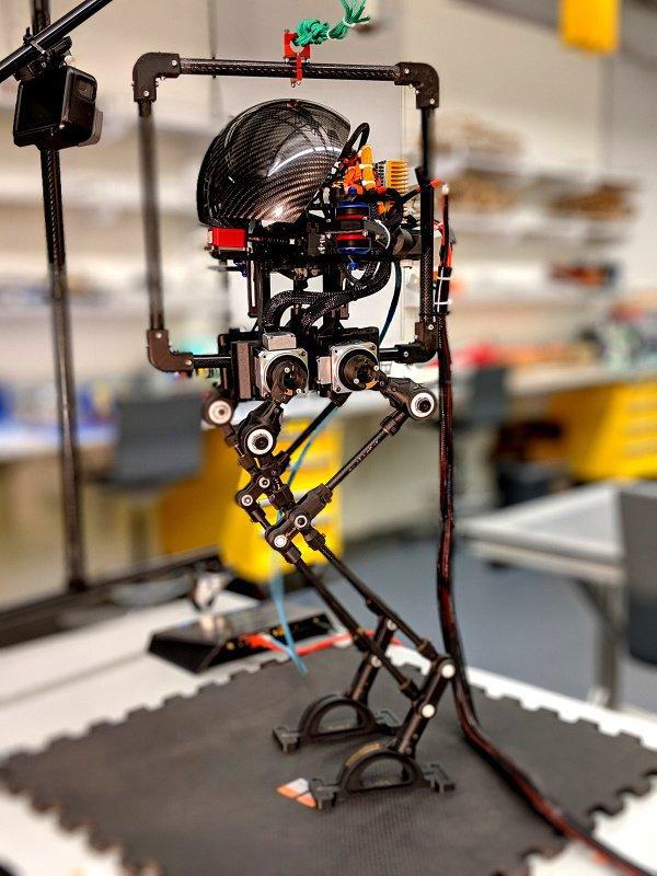 Походка робота высотой 0,8 м напоминает куриную