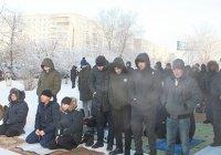 Мусульмане вынуждены молиться на улице в минус 30
