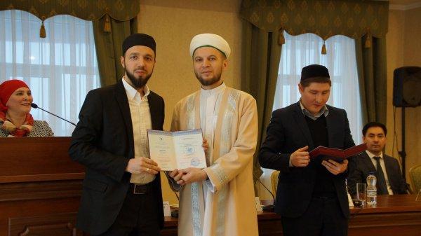 На церемонии вручения дипломов.