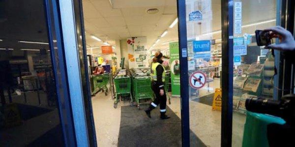 Подозреваемый напал на женщину с магазине.