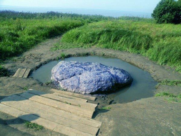 Синь-камень имеет в поперечнике 3 метра и весит порядка 12 тонн