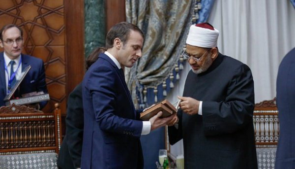 """Президент Франции с имамом """"Аль-Азхара""""."""