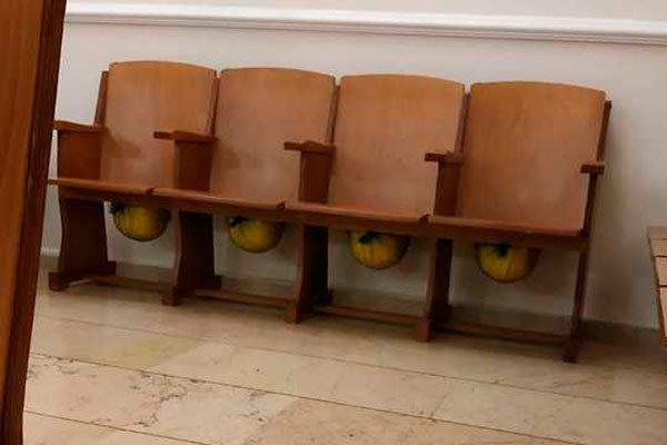 Сидения с касками в стамбульской синагоге.