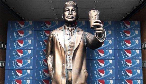 Длительное время статуя Калеба Брэдхема, основателя Pepsi, около World of Coca-Cola не простояла