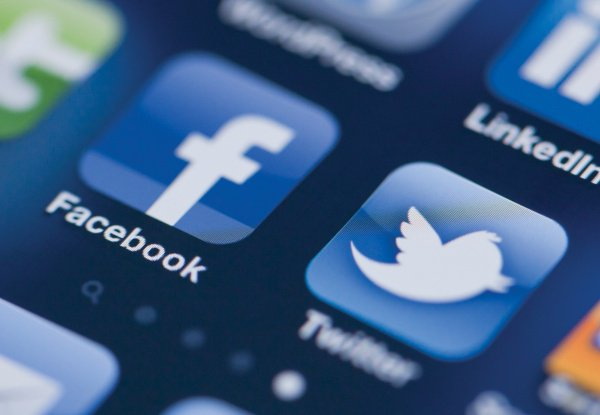 Связанные с Ираном аккаунты заблокировали в Facebook и Twitter.