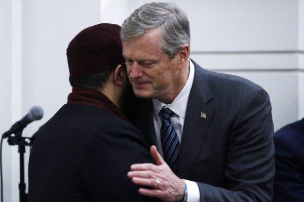 Чарли Бейкер с имамом бостонской мечети.