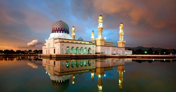 """Мечеть, которая """"стоит"""" на воде"""