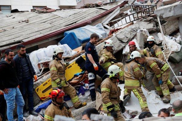 На месте происшествия продолжают работать около 500 спасателей.