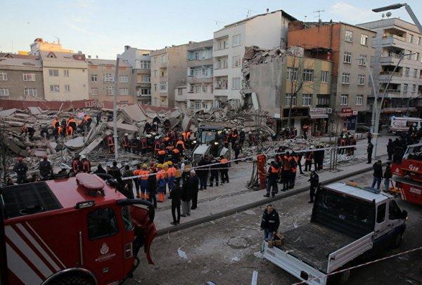 Спасатели продолжают разбор завалов.