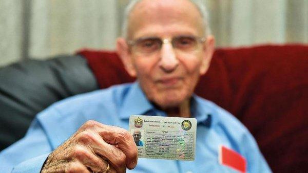 Долгожитель из Индии обновил водительское удостоверение.