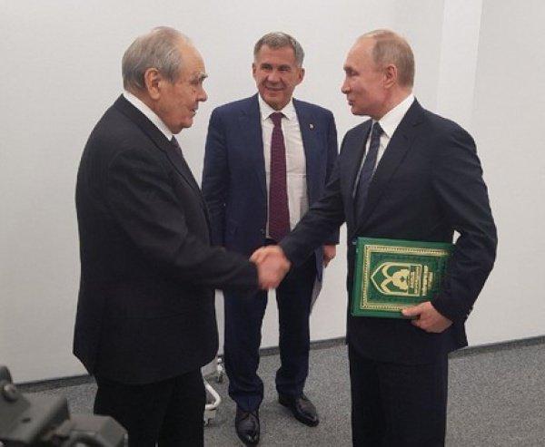 Шаймиев вручил Путину 9-й том Книги благотворителей.