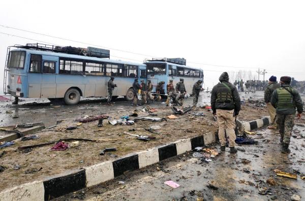 Террористы подорвали конвой, перевозивший сотрудников полиции.