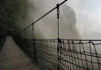 Туристы обрушили канатный мост в Китае