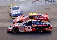 Сразу 20 автомобилей разбилось во время гонки NASCAR (ВИДЕО)